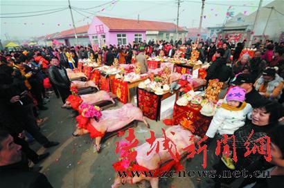 3万人挤爆青岛田横祭海节 肥猪海鲜端上桌