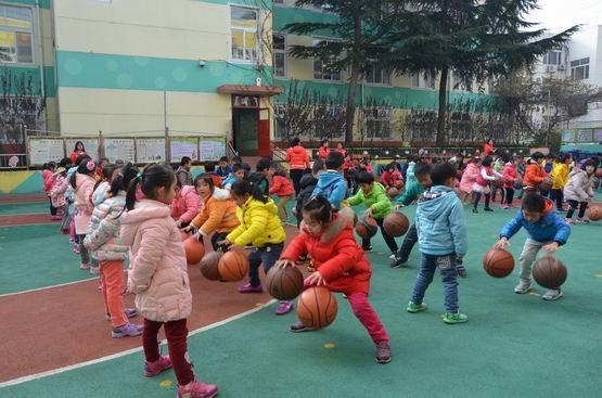 活动按大、中、小三个年龄段依次进行,展示内容有:韵律操、队列队形、徒手操、武术操、器械操等。在活动过程中,幼儿的走、跑、跳和律动、音乐游戏等融合在一起,使整个户外操洋溢着童趣。他们跟着音乐舒展着优美的动作,充分展示了他们健康的体魄和良好的素质。