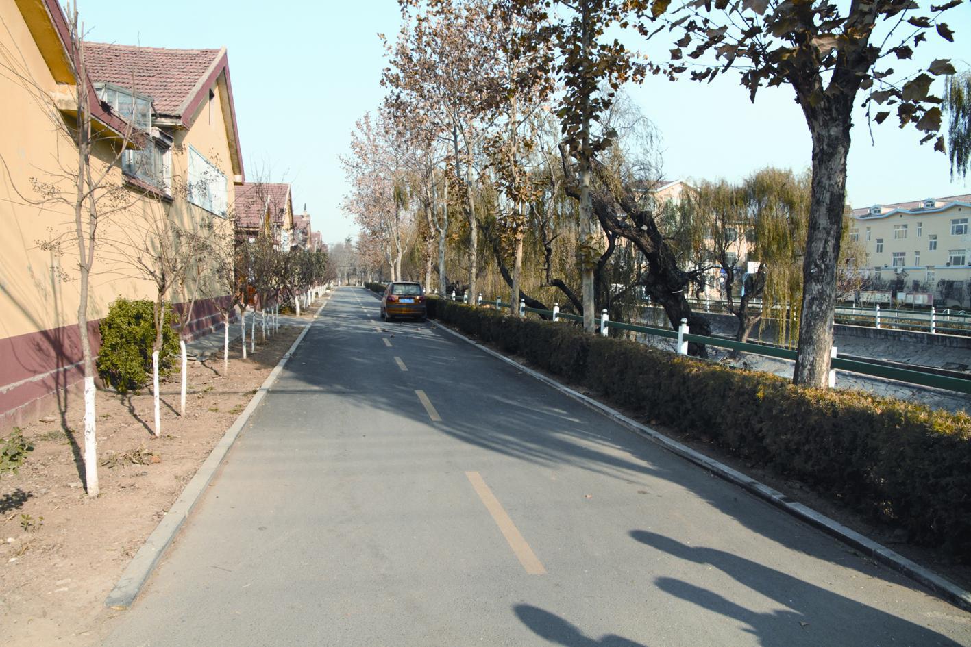 美丽乡村是颜值,文明家园是气质,郝家村从来都是内外兼修。 今年以来,郝家村以建设美丽乡村为契机,将有限的资金用在与民生息息相关的建设项目上,投资100多万元,将村内所有街道和通往周边村的道路用柏油沥青罩面,并栽植绿化苗木、安装了高标准的路灯,实现了道路硬化、亮化、绿化、美化、净化的五化目标;将村庄房屋全部粉刷并绘制了文化墙。开展了环境综合整治和群众爱国卫生运动,垃圾清运处理及时,无垃圾乱倒、粪便乱堆、柴草乱放、黑臭水体、违法焚烧秸秆等现象存在,环境整洁优美,生态环境良好,群众满意度大幅度提高。